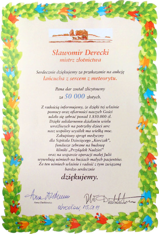 Meteorytowa biżuteria w formie artystycznego wisiorka o wartości 50 000 zł dla Dziecięcego Szpitala imienia Korczaka.