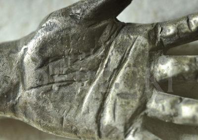 Rzeźba dłoni w srebrze