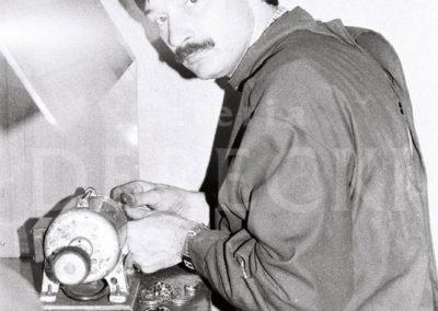 Mistrz szkolący Wiesław Lubojański w trakcie polerowania pierścionków.