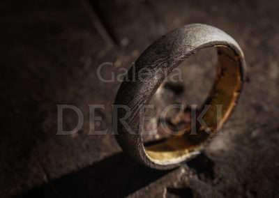 Damasceńska obrączka łącząca meteoryt Imilac i żelazo.