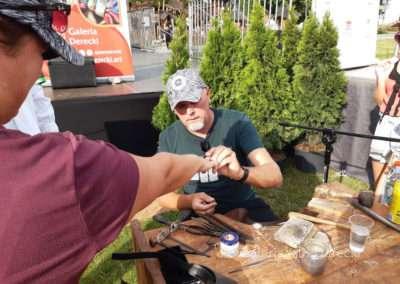 Pierwsza przymiarka artystycznej obrączki stworzonej przez uczestnika 51. Międzynarodowego Festiwalu Folkloru Ziem Górskich.