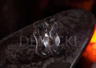 Obrączki symbolizują ważne słowa zakochanych, wypowiadane przez szmerze rzeki.